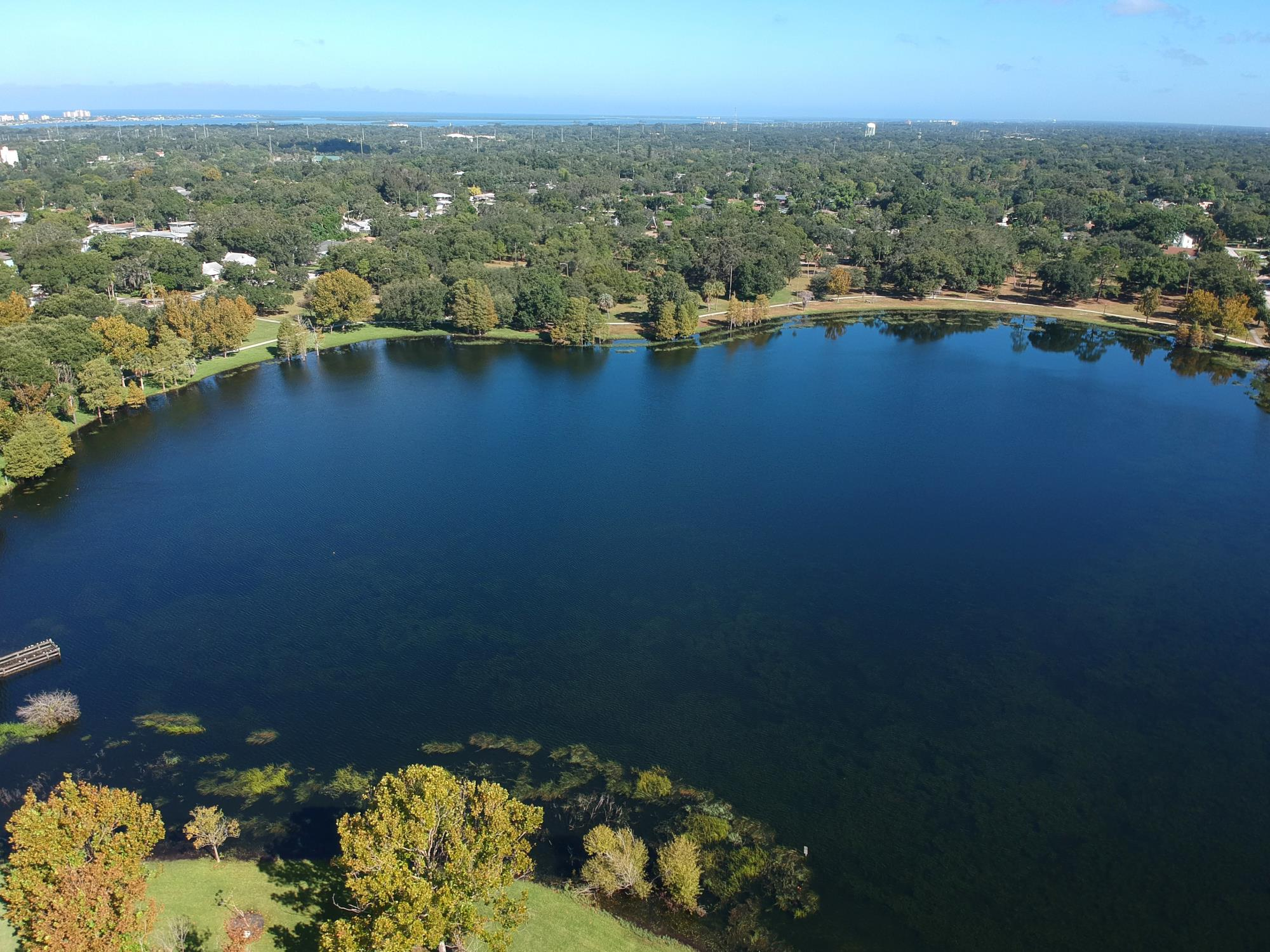 Aerial picture of Crest Lake Park and lake